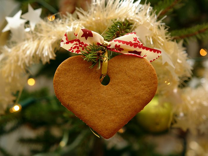 1680x1050 Colorful Christmas Trees Decoration Wallpapers- Photo Heart-shaped biscuit on Christmas Tree 1600x1200 1